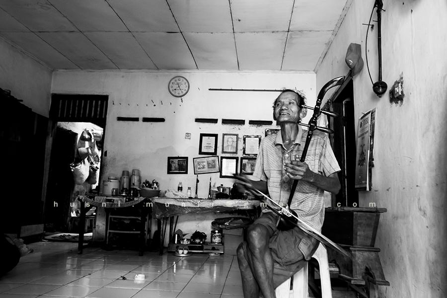 Pak Goyong dengan alat musik tradisional Tehyang