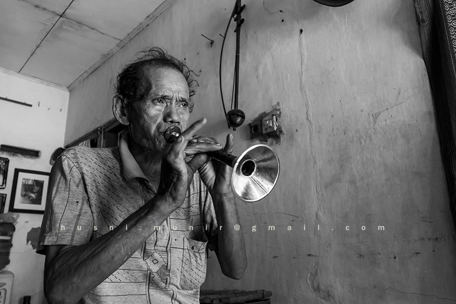 Pak Gayong dengan alat musik tiup di Gambang Kromong