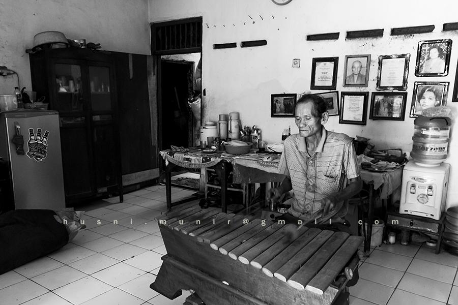 Pak Gayong dengan alat musik Gambang