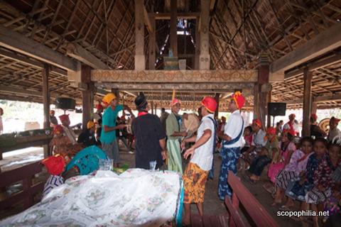 Tarian saat pesta adat di Sasadu