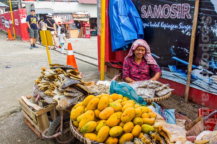 IMG_0602 Ibu penjual mangga di pelabuhan Samosir