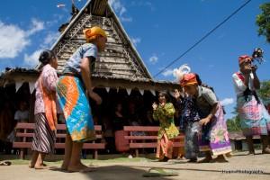 06-tarian legu Salai yang merupakan tarian adat suku sahu di muka rumah adat Sasadu